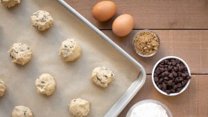 How to Choose Between Parchment Paper and Aluminum Foil